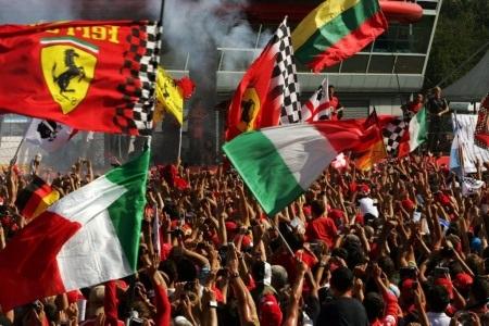 Hamilton giành pole trước sức ép của Ferrari - 4