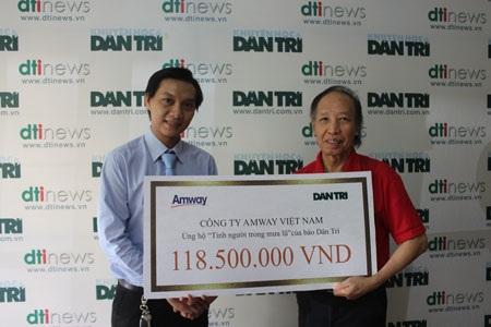 Ông Nguyễn Phương Sơn, đại diện Công ty TNHH Amway Việt Nam (trái) trao 118,5 triệu đồng đến nhà báo Phạm Huy Hoàn, Tổng Biên tập báo Dân trí