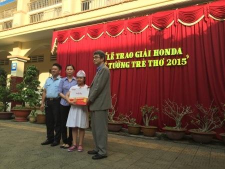 Ông Kiwamu Kayano - Phó Tổng Giám đốc Công ty Honda Việt Nam chúc mừng thầy và trò trường tiểu học Lê Quý Đôn, tỉnh Cần Thơ với phần quà 40 triệu đồng