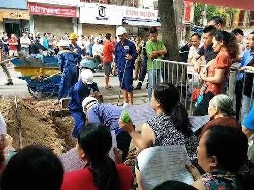 Hàng chục người dân tại số nhà 146 Quán Thánh phẫn nộ khi chỉ đạo của Phó chủ tịch TP Hà Nội không được UBND quận Ba Đình, UBND phường Quán Thánh thực hiện.
