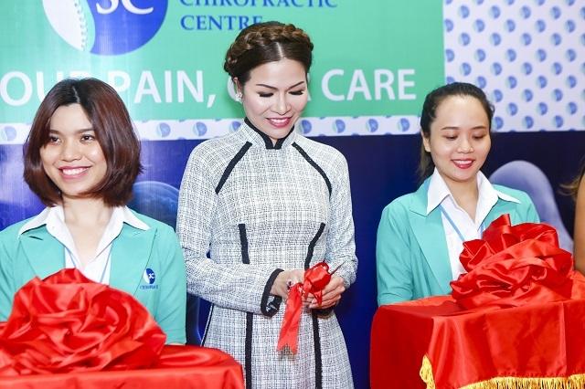 Hoa hậu Qúy bà cắt băng khai trương trung tâm trị liệu thần kinh cột sống 3C Care.Dù ít tham gia sự kiện nhưng mỗi lần xuất hiện chị đều đầu tư trang phục kỹ lưỡng, nền nã, cách tết tóc và lối trang điểm nhẹ nhàng gây ấn tượng
