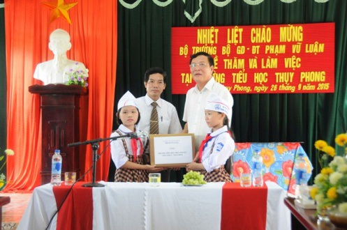 Bộ trưởng trao tặng 1000 cuốn sách cho trường Thụy Phong.