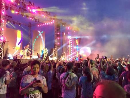 Đại nhạc hội sau khi kết thúc đường chạy là màn trình diễn đầy phấn khích, bế mạc lễ hội màu sắc Color Me Run