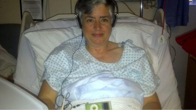 Trưởng nhóm nghiên cứu,tiến sĩCatherine Meads tự sử dụng âm nhạc để thư giãn sau cuộc phẫu thuật hông gầnđây.