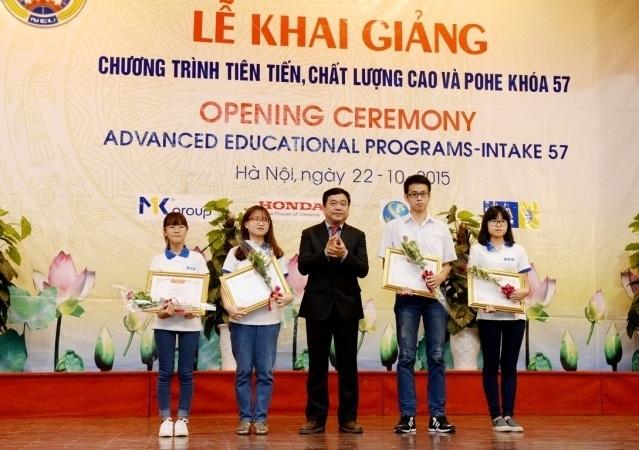 GS.TS.Trần Thọ Đạt trao Giấy khen và tặng hoa cho các sinh viên có thành tích xuất sắc trong kỳ thi tuyển vào chương trình