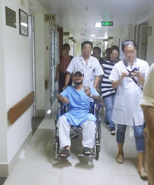 Hình ảnh Trần Lập ngồi trên xe lăn với gương mặt bình thản bước vào phòng phẫu thuật.