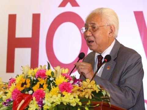 Hoạ sỹ Trần Khánh Chương - Chủ tịch Hội Mỹ thuật Việt Nam cho rằng, bức tranh này sử dụng minh hoạ phía trong cuốn sách phù hợp hơn làm bìa.