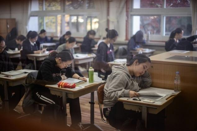 Các thí sinh đang làm bài trong kỳ thi được đánh giá là có ý nghĩa quyết định cho tương lai sau này của các em (Nguồn Dailymail)
