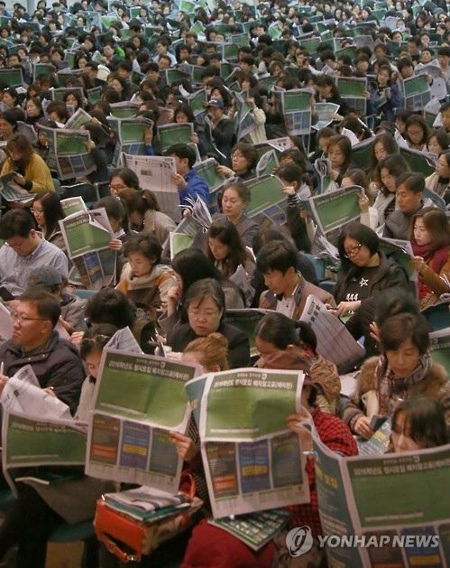 Cha mẹ lắng nghe hướng dẫn các thủ tục nhập học tại một trường đại học Ảnh ghi nhận hôm 13-11 (Nguồn Yonhap)
