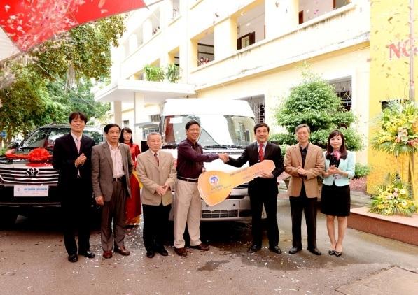 Cựu sinh viên tặng trường ĐH Kinh tế quốc dân 3 xe ô tô nhân ngày Nhà giáo VN - 3