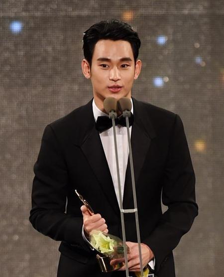 Kim Soo Hyun được vinh danh tại lễ trao giải APAN Star Awards 2015
