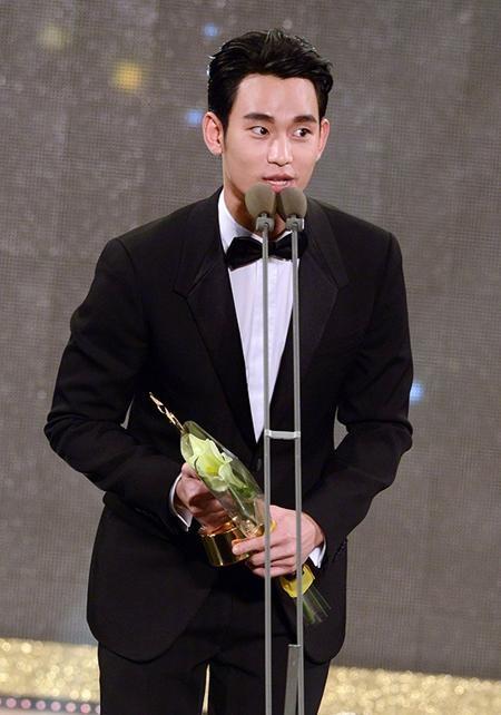 Nam diễn viên hạnh phúc khi bước lên sân khấu nhận giải