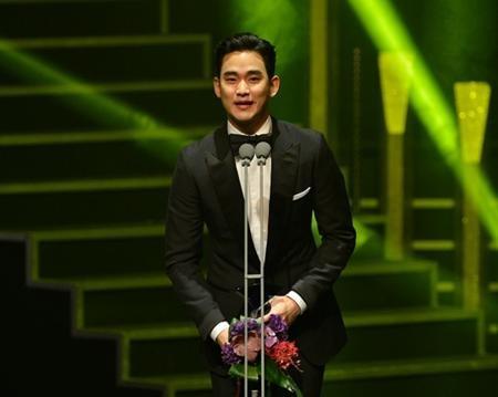 Trước đó, Kim Soo Hyun cũng được vinh danh tại lễ trao giải Korea Drama Awards