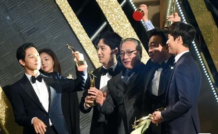"""Dàn diễn viên phim """"Misaeng"""" ăn mừng chiến thắng giòn giã"""