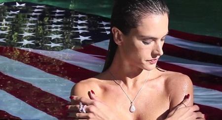 Người đẹp táo bạo để ngực trần