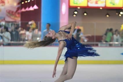 Vận động viên trượt băng này đang thực hiện một động tác kĩ thuật điển hình