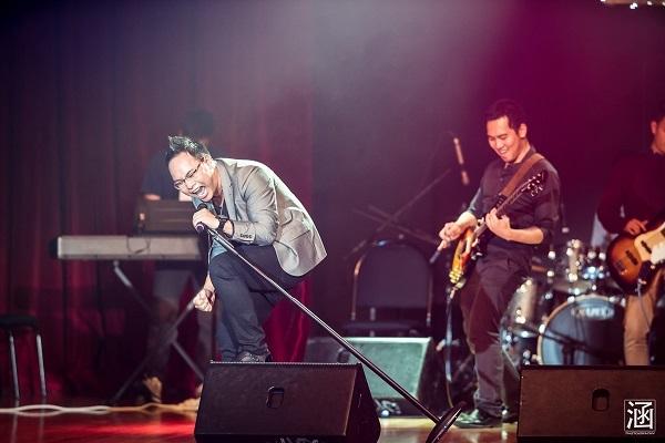 Sơn trong nhóm nhạc AG Band biểu diễn tại Movsa Gala 2014 của Hội du học sinh Việt tại Melbourne.