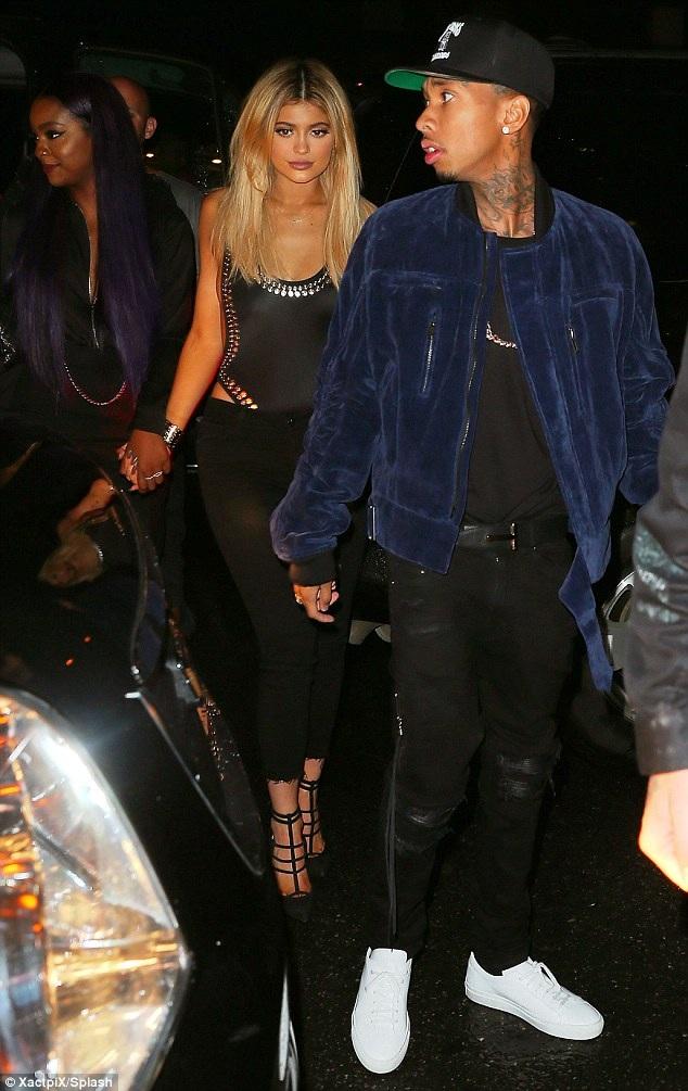 Người đẹp gây ngạc nhiên khi kết hợp trang phục áo tắm của Norma Kamali với quần Jeans đen