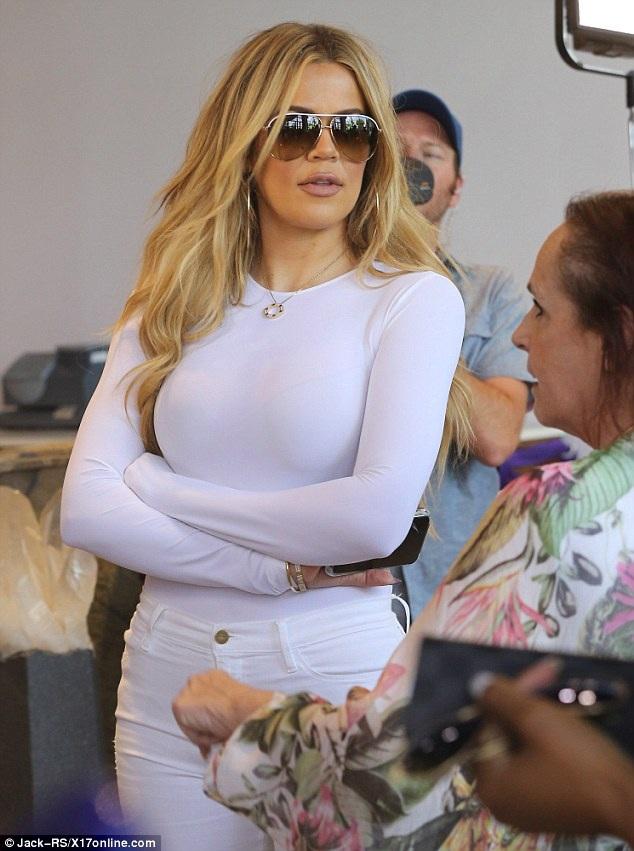 Khloe Kardashian bốc lửa với cây đồ trắng - 3