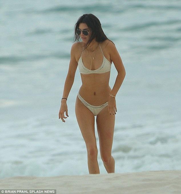 Kendall Jenner bốc lửa trên biển - 4