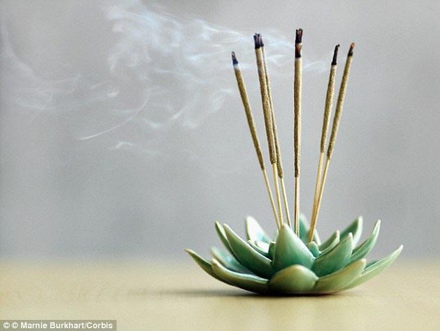 Khói nhang có thể độc hơn khói thuốc lá - 1