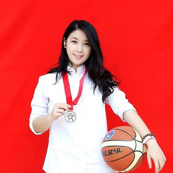 Chi từng giành Huy chương bạc giải bóng rổ thành phố học sinh Hà Nội năm 2014