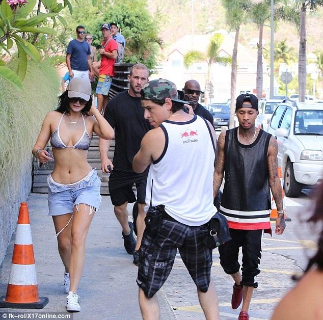 Kylie Jenner khoe thân hình rực lửa tại St Barts - 5