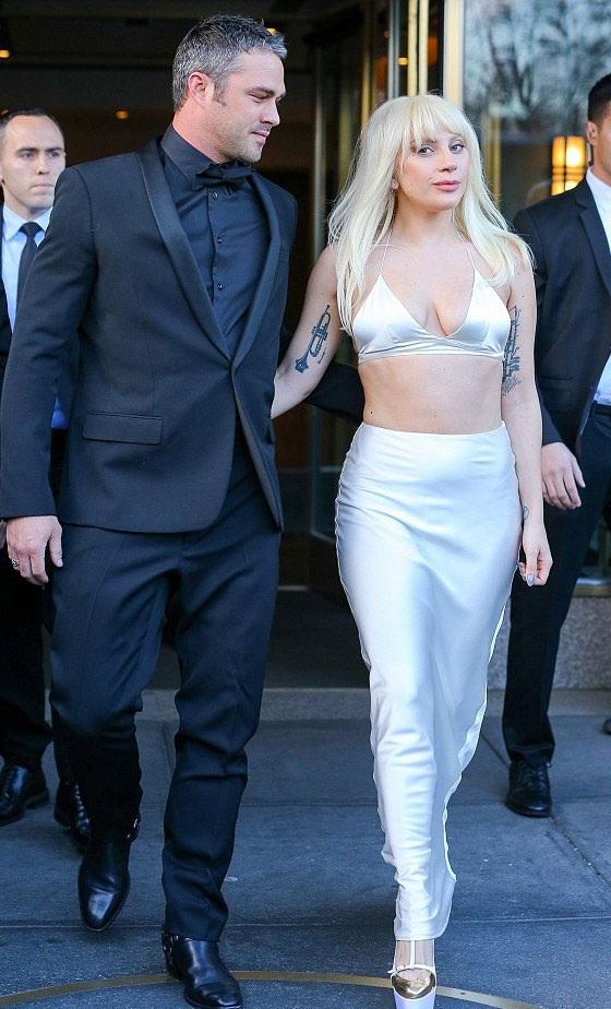 Lady Gaga được chồng tương lai - Taylor tháp tùng tới buổi trình diễn của Billboard ở New York, tối 11/12.