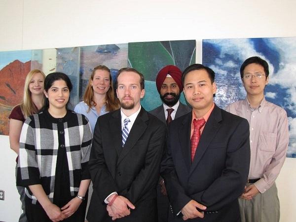 TS Phan Minh Liêm (hàng phía trước, bên phải) và và các cộng sự tại lễ vinh danh của Trung tâm Ung thư MD Anderson, Houston, Texas, Hoa Kỳ.
