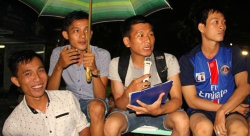 Bạch Long (thứ hai, từ phải sang) đang bình luận một trận bóng ở sân Celadon City, Q. Tân Phú, TP. HCM.