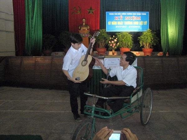 Long tặng các bác thương binh cây đàn guitar mà em dùng để biểu diễn.