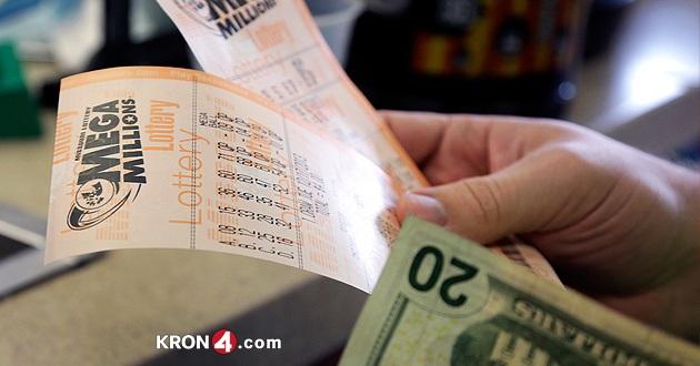 Bất ngờ phát hiện vé số trúng triệu đô trong đống thư cũ - 1