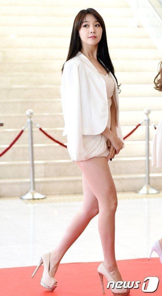 Nữ ca sỹ Minah gây choáng với chiếc váy ngắn như 1 chiếc áo khoác lửng!