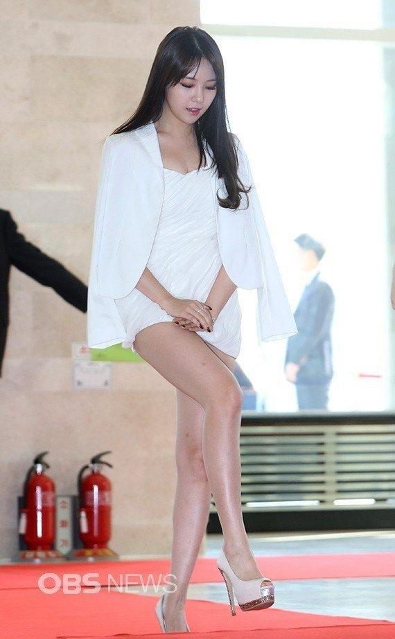 Nữ ca sỹ xinh đẹp bước trên thảm đỏ cũng không mấy tự tin vì sợ lộ hàng...