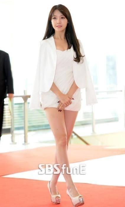 Nhiều fans đã lên tiếng chỉ trích ngôi sao xinh đẹp này vì bộ váy quá thiếu vải cho 1 sự kiện quan trọng như thế này