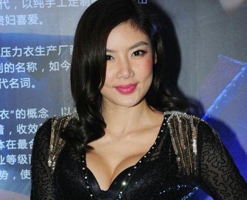 Người mẫu Gaile Lok xuất hiện đầy thu hút tại sự kiện ngày 12/12. Cô ngày càng hấp dẫn và gợi cảm hơn.