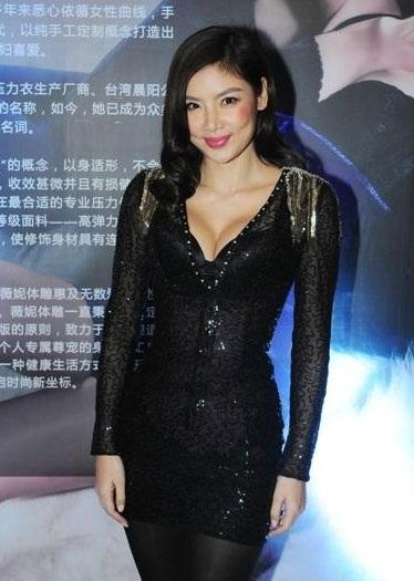 Gaile Lok từng có 5 năm chung sống với thiên vương Lê Minh trước khi hai người chia tay vào năm 2013. Việc là vợ của một trong những ngôi sao nổi tiếng và giàu có nhất Hồng Kông giúp cho Gaile Lok dễ dàng tấn công làng giải trí.