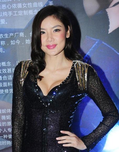 Năm ngoái, có thông tin Gaile Lok đã tái hôn với một người đàn ông ngoại quốc, vốn là huấn luyện viên thể dục của cô. Anh chàng cũng có đam mê tiệc tùng, các môn thể thao mạo hiểm giống như Gaile Lok.