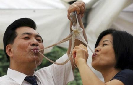 Các xúc tu vẫn còn cử động của bạch tuộc sẽ bám vào lưỡi, khoang miệng của người ăn (Ảnh: Internet)