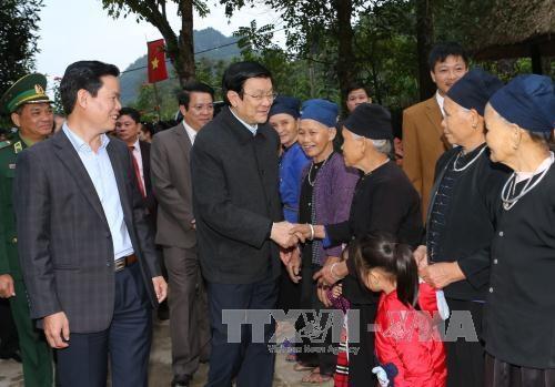 Chủ tịch nước Trương Tấn Sang trong buổi khảo sát mô hình làng văn hóa du lịch cộng đồng ở Hà Giang, ngày 10/12 - (Ảnh: TTXVN)