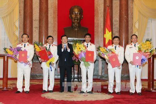 Chủ tịch nước Trương Tấn Sang trao quyết định bổ nhiệm chức danh Kiểm sát viên Viện Kiểm sát Nhân dân tối cao - (Ảnh TTXVN)