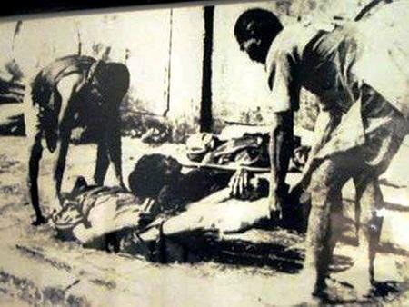 Thu gom xác người trên phố (Ảnh: Võ An Ninh)