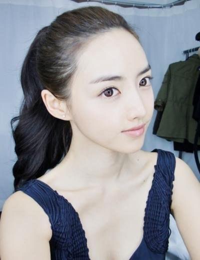Ít người biết Nayeong là chủ nhân của vương miện Miss Gyeongbuk (một cuộc thi sắc đẹp tại xứ kim chi) năm 2007 và từng lọt vào vòng chung kết Hoa hậu Hàn Quốc.