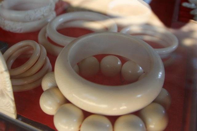 Chiếc vòng đeo tay làm từ ngà voi được rao bán với giá 17 triệu đồng. Ảnh C.Tuân