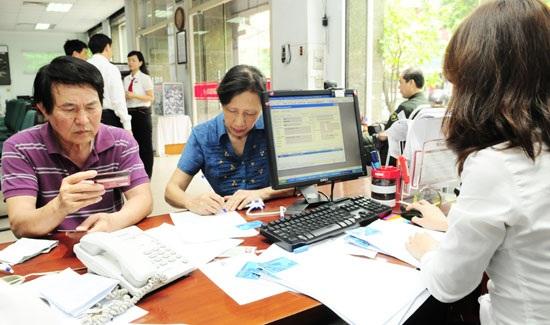 Khách hàng giao dịch tại chi nhánh Agribank. Ảnh: Hải Linh