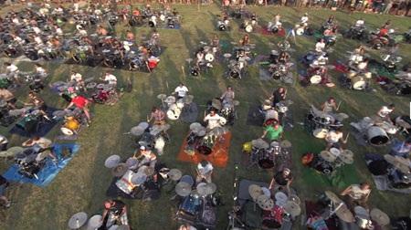 1000 người cùng chơi nhạc để mời thần tượng tới biểu diễn - 1