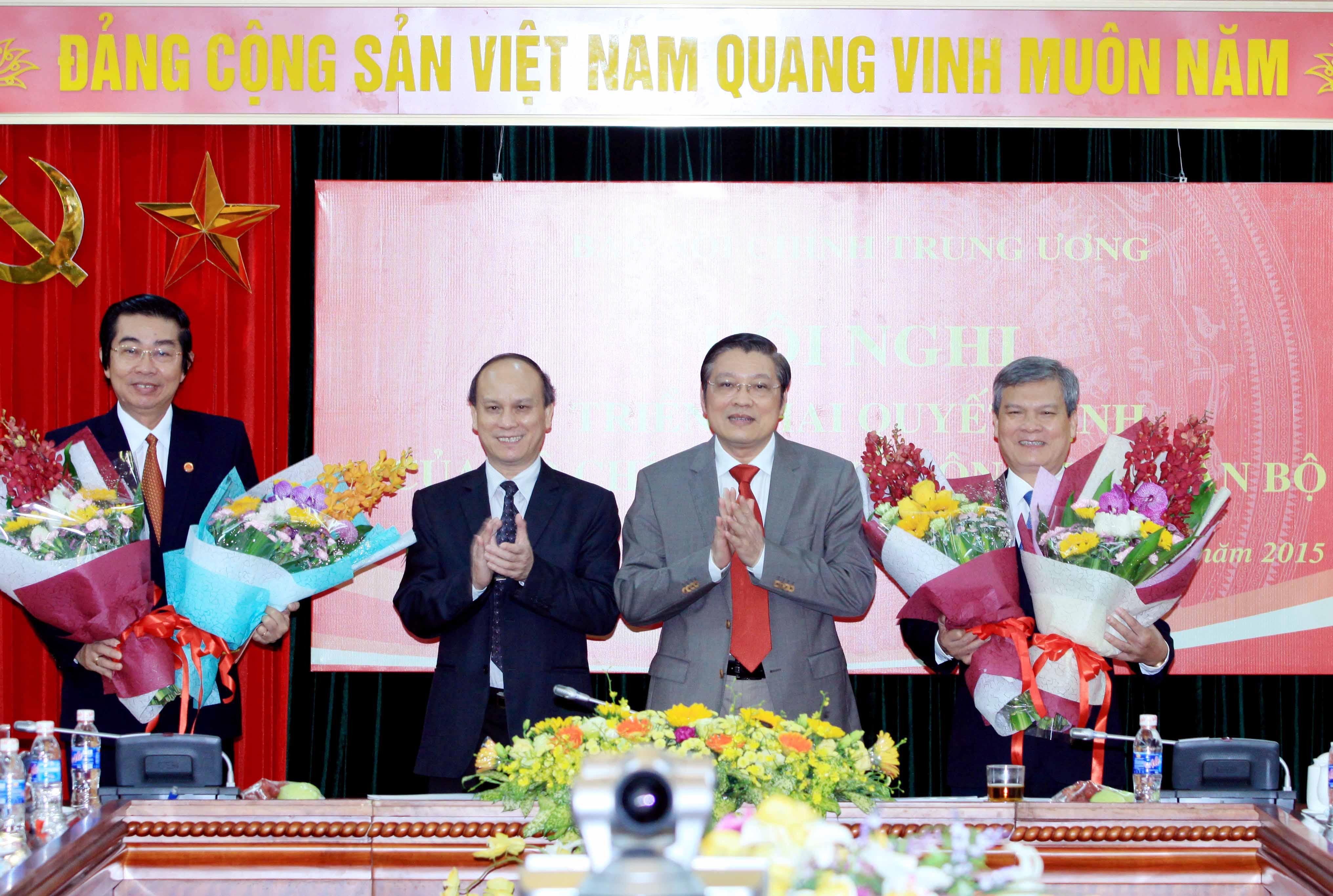 Tặng hoa chúc mừng cho tân Phó Trưởng Ban Nội chính Trung ương Nguyễn Văn Thông (ngoài cùng bên phải) và tân Phó Trưởng Ban Nội chính Trung ương Võ Văn Dũng (ngoài cùng bên trái) tại hội nghị. Ảnh: An Đăng - TTXVN.
