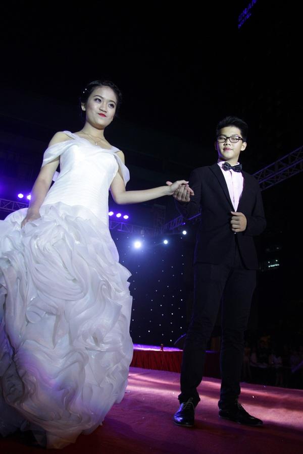 Đào Nhật Linh xinh đẹp trong bộ đầm trắng muốt, sánh bước bên người bạn Quốc Công