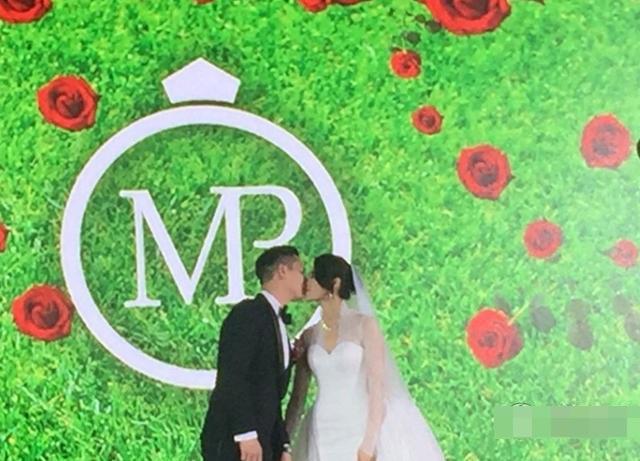 """Hồ Hạnh Nhi gợi cảm trong tiệc cưới đầy """"sao"""" - 1"""