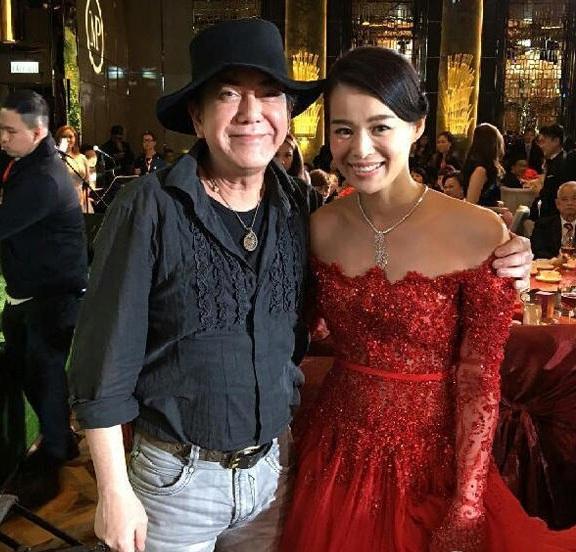 Cô dâu Hồ Hạnh Nhi thay tới 3 chiếc váy trong tiệc cưới ở khách sạn.